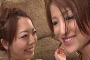азиатские девочки имеют групповой секс в гостиной и наслаждаются каждой секундой его