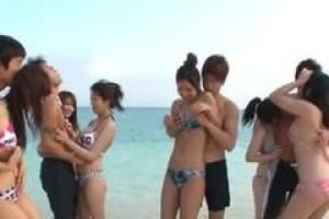 азиатские девочки имеют приключение группового секса на пляже и наслаждаются им много