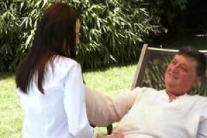 Эшли Вудс бреет свою киску полностью, потому что ее возлюбленному старшего возраста нравится ее мягкая, гладкая кожа