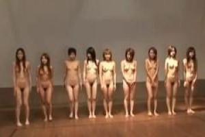 азиатские девочки должны были стать голыми и пойти в спортзал, чтобы поехать на твердом члене их преподавателя