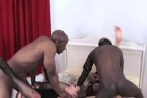 Ашлинн Ли находится в межрасовой четверке с двумя крупными темнокожими парнями и грудастым малышом