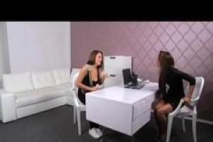 агент Женского пола проверяет довольно русскую девушку на диване и находит ее подходящей