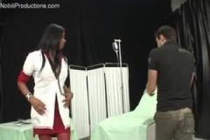 XXX медсестер с сиськами монстра показаны, чтобы быть tranny одним из ее пациентов