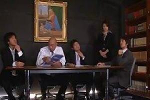 азиатский секретарь показывает ее волосатую киску ее боссу и его друзьям в офисе