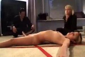 азиатская шлюха Кэт вворачивала задницу двумя парнями, которые сменяются, заполняя ее