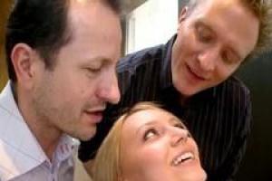 Юридической подростковой блондинке наконец удается обращаться с двумя очень большими членами для ее трудной задницы