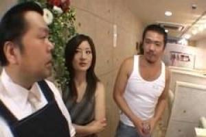 азиатская девица часто делает непослушные вещи с людьми, которые дают ей много денег