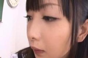 Азиатская школьница в сексуальной униформе добирается, чтобы сосать два маленьких члена в классе
