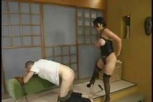 Сексуальная уборщица в эротическом наряде горничной
